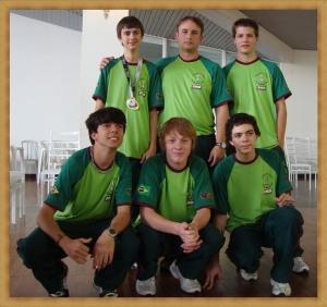 Daniel, Sperb e Gustavo. Agachados: Marcos, Bruno e Leonardo