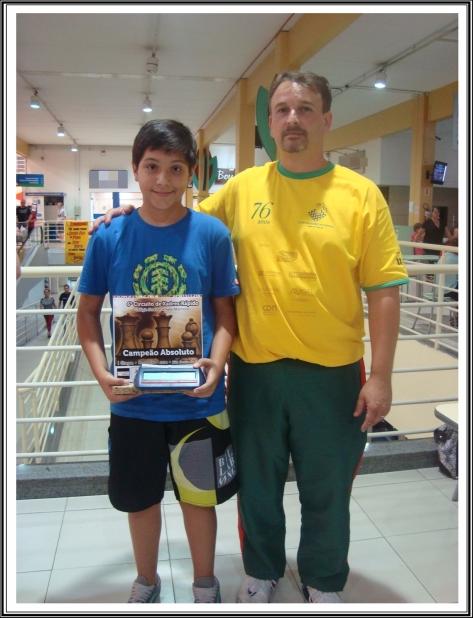 Guilherme de Borba recebe a premiação do organizador Eduardo Quintana Sperb